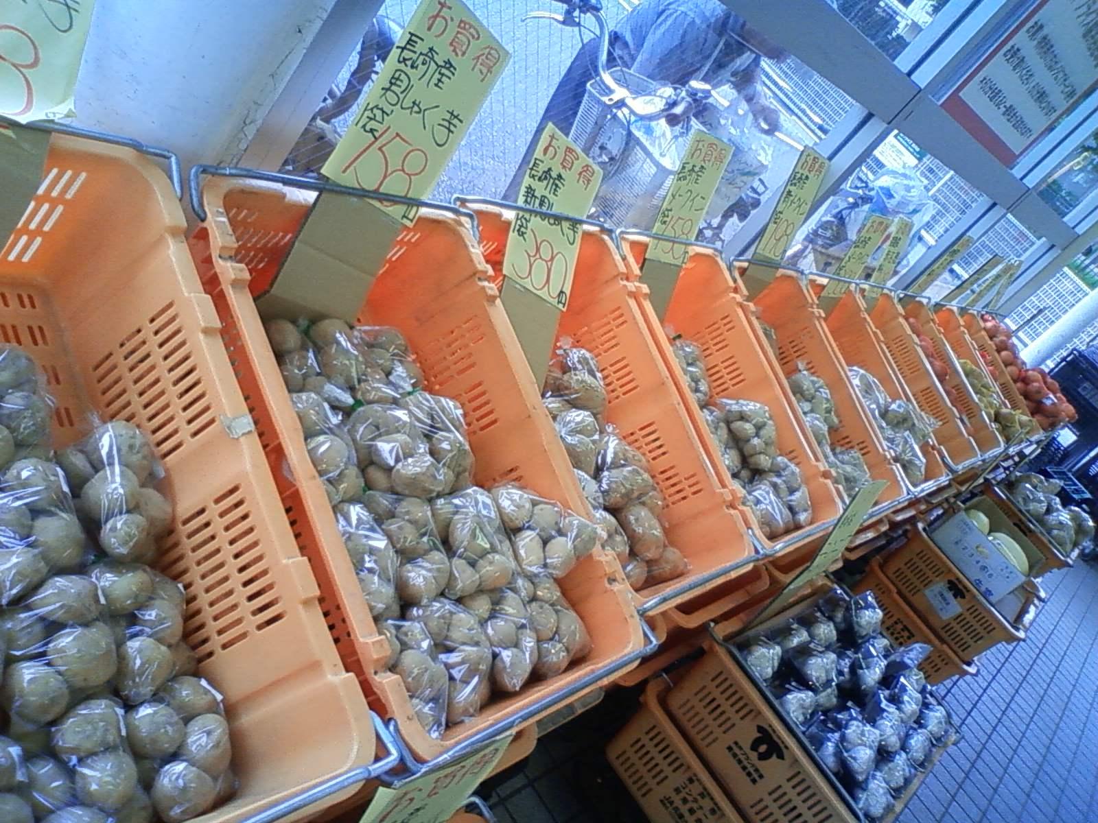 某マーケット前、特設野菜売り場